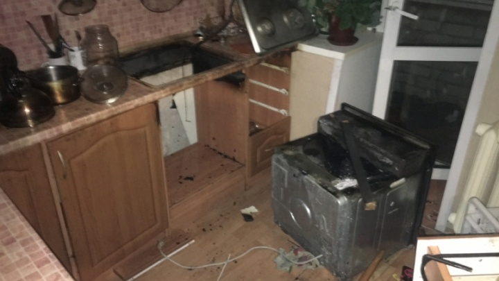 Духовка загорелась вместе с ужином: в квартире начался пожар во время приготовления блюд
