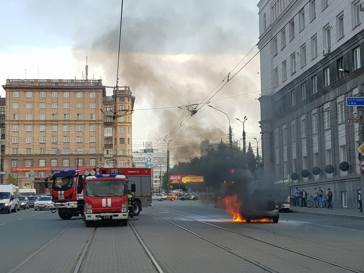 Машина вспыхнула во время движения на улице Цвиллинга