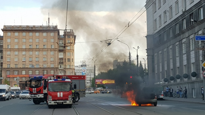«Собралась толпа зевак»: возле правительства Челябинской области загорелась легковушка