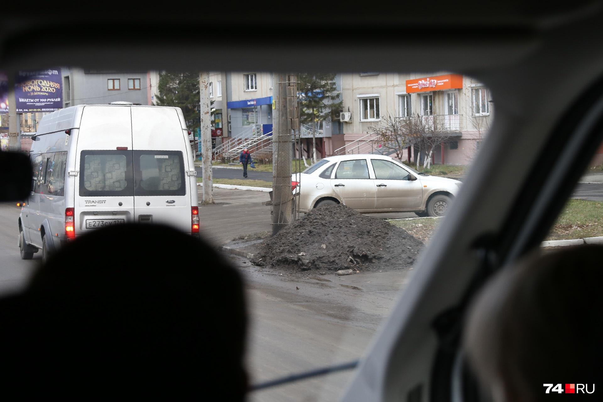 Отправляемся к следующему объекту — на Комсомольском проспекте. Вдоль дороги встречаются «тефтелевы кучи», но сегодня не они главные герои дня