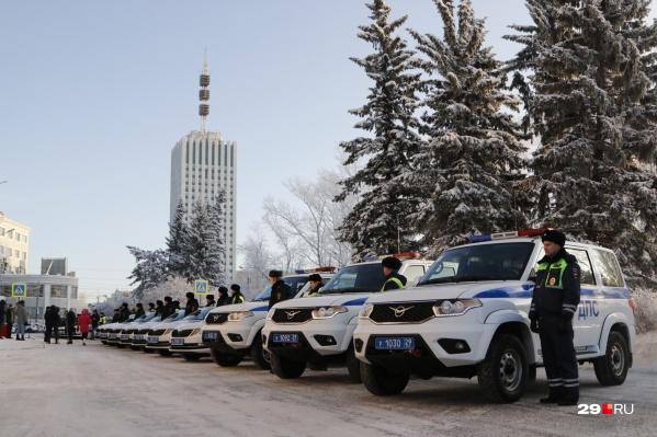 Автомобили и гаишников построили торжественной вереницей перед зданием областного УМВД