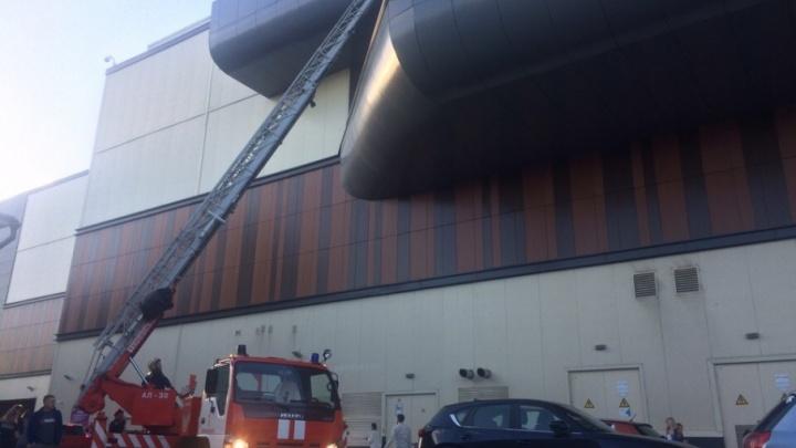 Из «Ауры» эвакуировали людей: на место приехали 17 пожарных машин