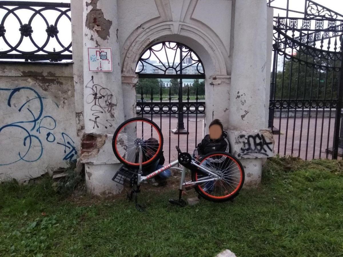 Двое мужчин увезли велосипед, даже не сняв с него блокиратор