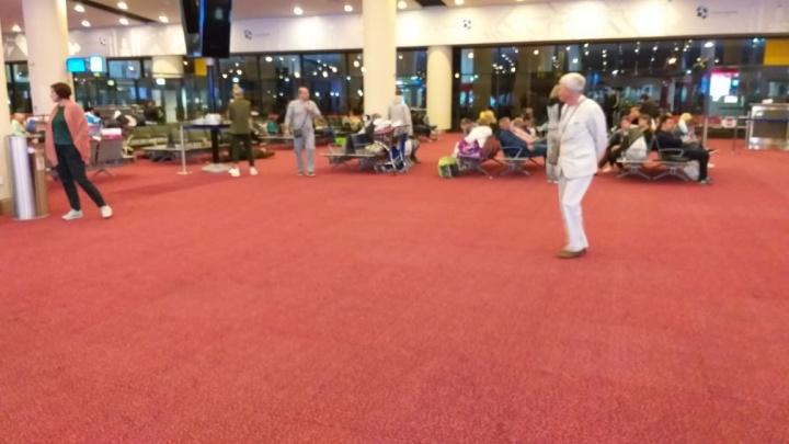 «Борт сломан, неудачно приземлился»: уральские туристы застряли в аэропорту Дубая