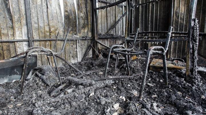 На дачах Волгограда едва не сгорела молодая женщина
