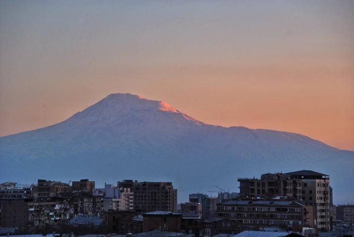 Ереванские многоэтажки на фоне горы Арарат