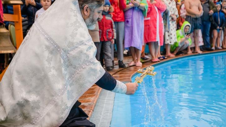 Волгоградцы встретили Крещение купаниями и народными гуляньями в усадьбе «Сосновый Бор»: фоторепортаж