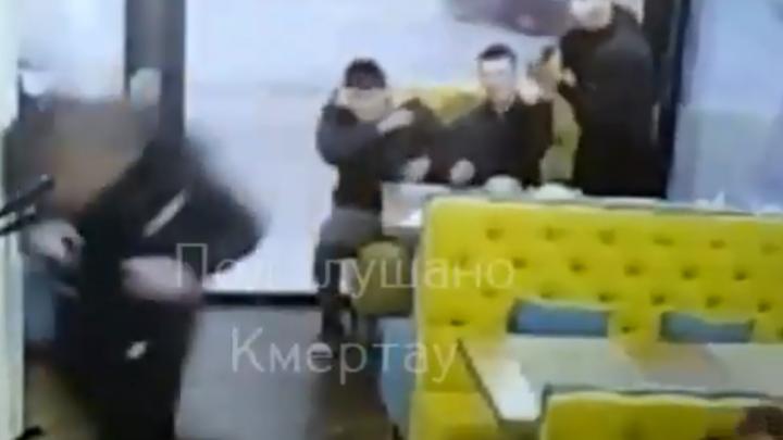 В Башкирии мужчина устроил в кафе перестрелку, есть видео
