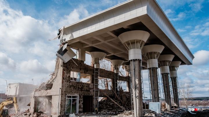Остались одни колонны: смотрим, как разбирают ДК «Телта» в Перми