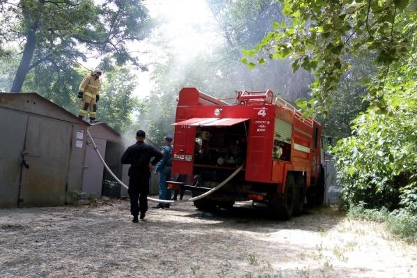 На месте пожара работали спасатели и полицейские