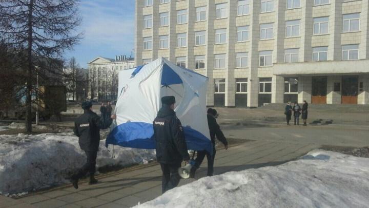 Полиция изъяла у активистов палатки, поставленные после митинга на площади Ленина в Архангельске