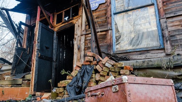 В центре Перми ночью сгорел дом, жители которого жаловались на угрозы — их заставляли съехать