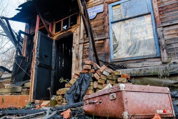 Из горящего дома эвакуировали трех человек