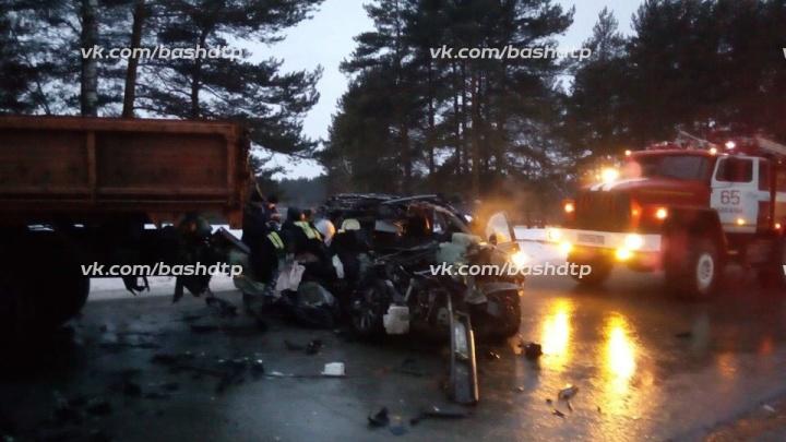 На трассе в Башкирии столкнулся КАМАЗ и Mitsubishi Outlander, погибла пассажирка легковушки