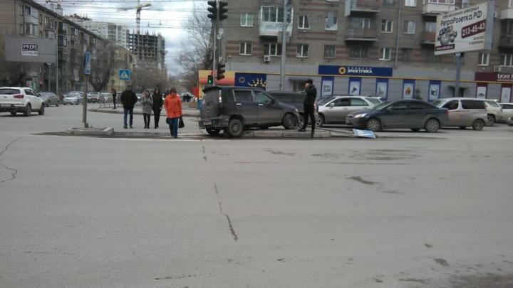 Машина снесла знак и застряла на островке безопасности на улице Гоголя