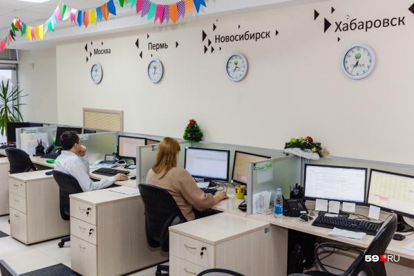 Специалисты работают на все часовые пояса России, об этом напоминают надписи над циферблатами на стенах