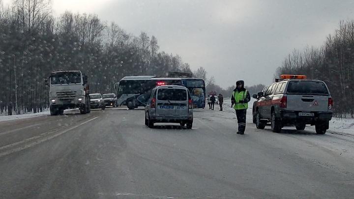 Рейсовый автобус с пассажирами и грузовик столкнулись на тюменской трассе