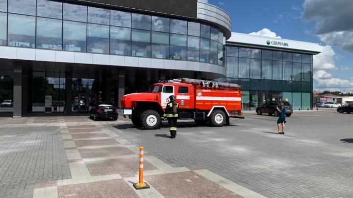 К крупному отелю в Челябинске стянули пожарные машины