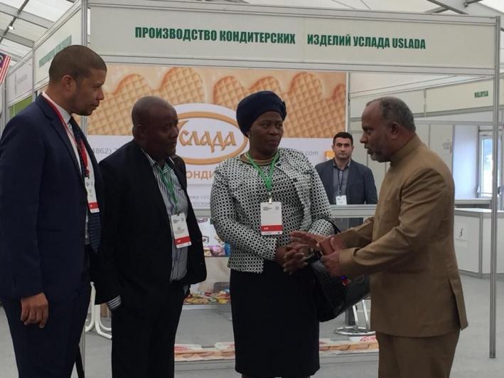 Перед открытием выставку осмотрели создатель Всемирного дня Халяль Мохаммед Джина (справа) и делегации из мусульманских стран