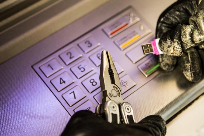 Для взлома банкомата мужчина воспользовался флешкой со спецпрограммой