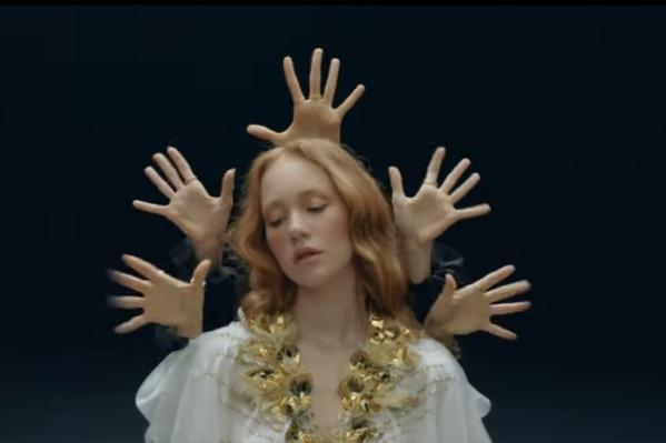 Основное действие клипа разворачивается в ночном клубе, где героине мерещится Иисус
