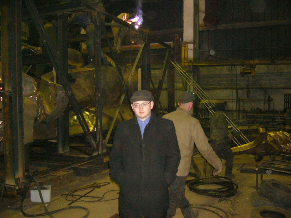 Антон Козлов в цеху, где собирали памятник