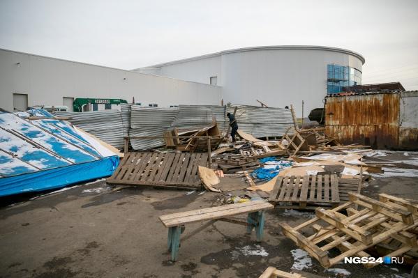 На территории рынка начали сносить ларьки. На территории валяются деревянные палеты
