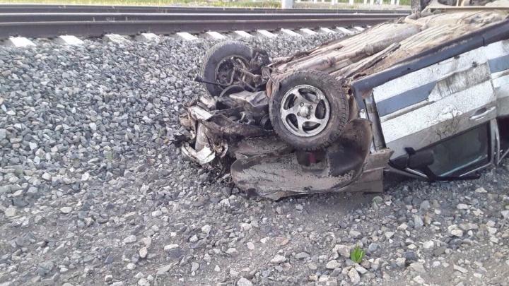 В Кировской области поезд Пермь — Москва протаранил легковушку: водитель погиб