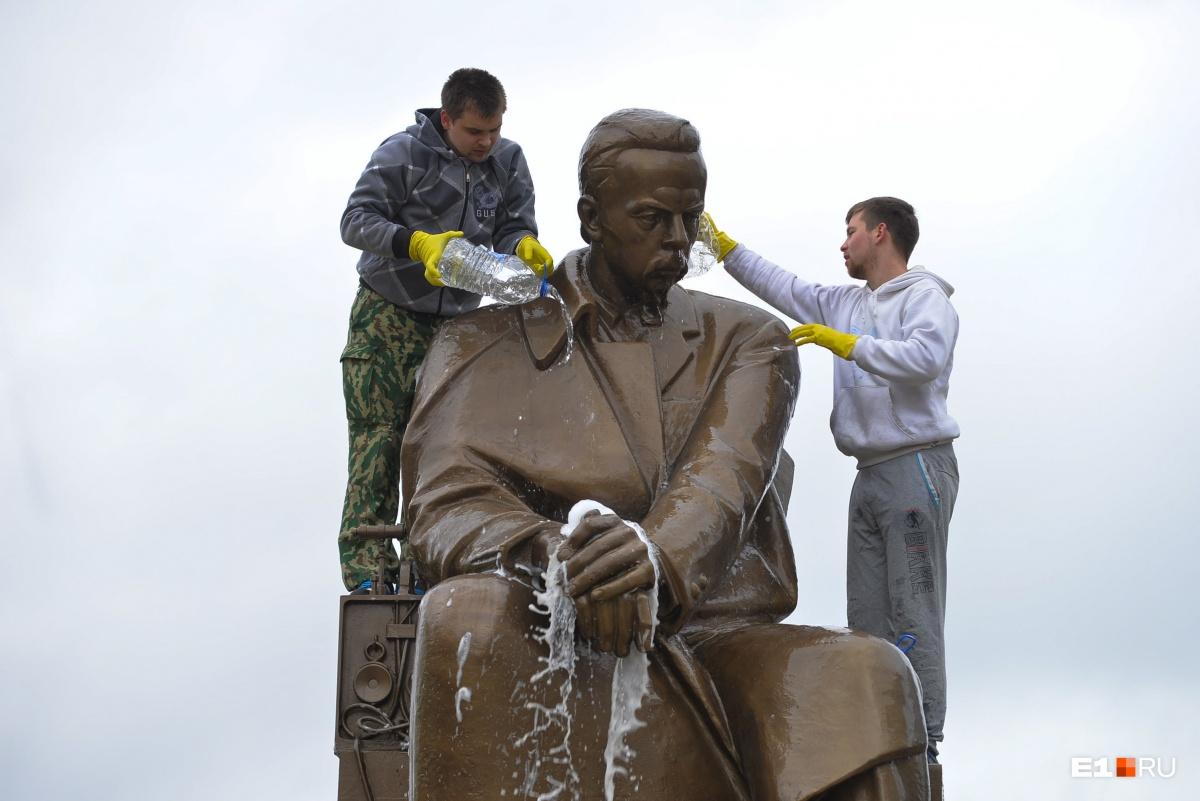 Памятник Попову в Екатеринбурге. Он был установлен в семидесятые годы прошлого столетия