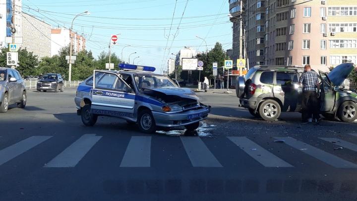 Полицейский автомобиль попал в ДТП на пересечении Крауля и Токарей