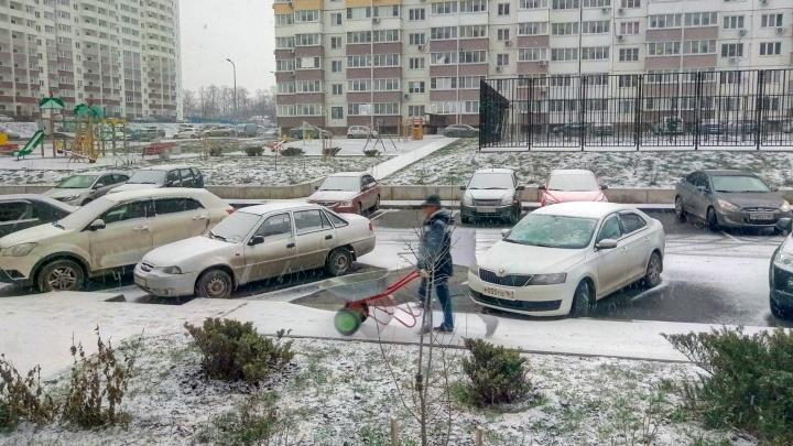 В Ростове выпал первый снег. Водители стоят в пробках