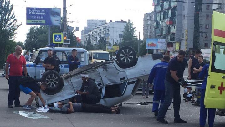 На северо-западе Челябинска после аварии перевернулась легковушка, есть раненые