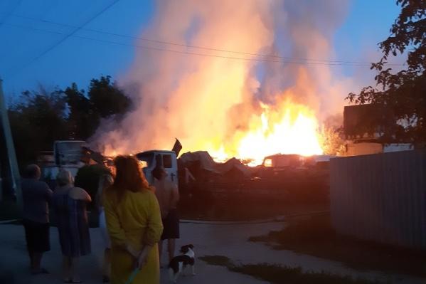 Волгоградцы наблюдали, как догорает их дом
