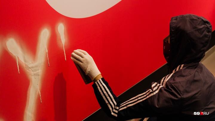 Портрет Милонова, гроб с сахаром и памятник айфону: в Перми открылась выставка Сергея Шнурова