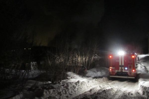 Пожарные машины не смогли подъехать к горящему дому