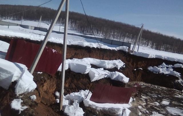 В одном из поселков Башкирии образовалась гигантская яма