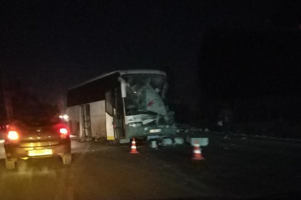 В минувший вторник в 19:15 заТЭЦ-2, неподалёку от СНТ «Заря», столкнулись автобус и большегруз. В результате этого погиб водитель автобуса