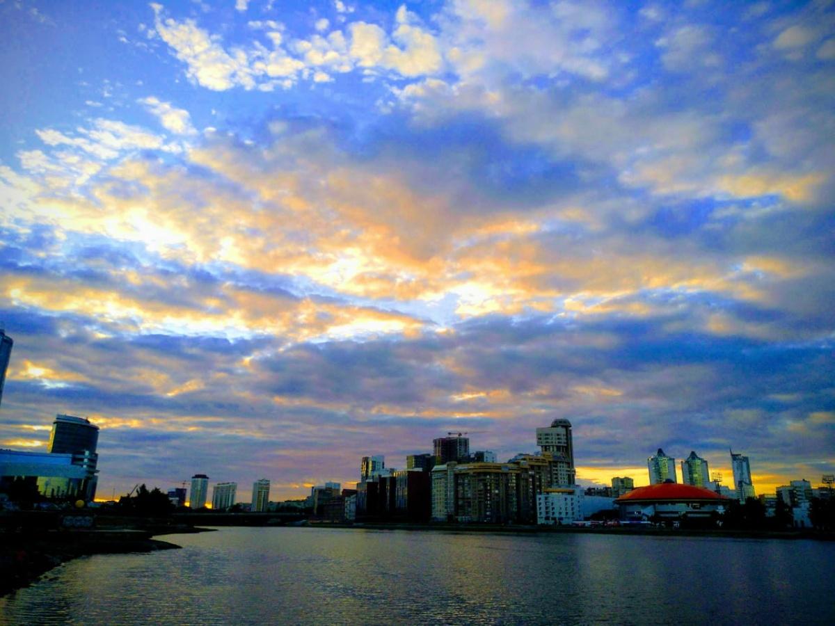 Потом облака, да и всё небо стали окрашиваться в жёлтые, розовые и красные цвета