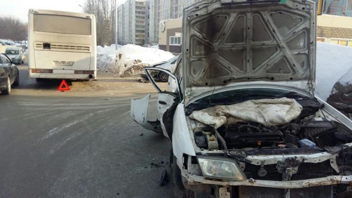 Автобус протаранил «Ниссан», который отлетел в стоящую «Тойоту»