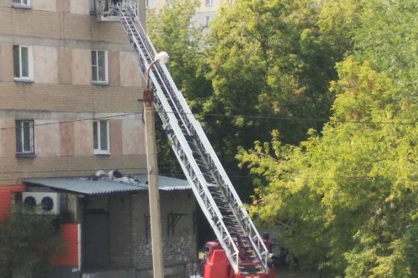 Попадать в квартиру на Шаумяна сотрудникам МЧС пришлось через окно