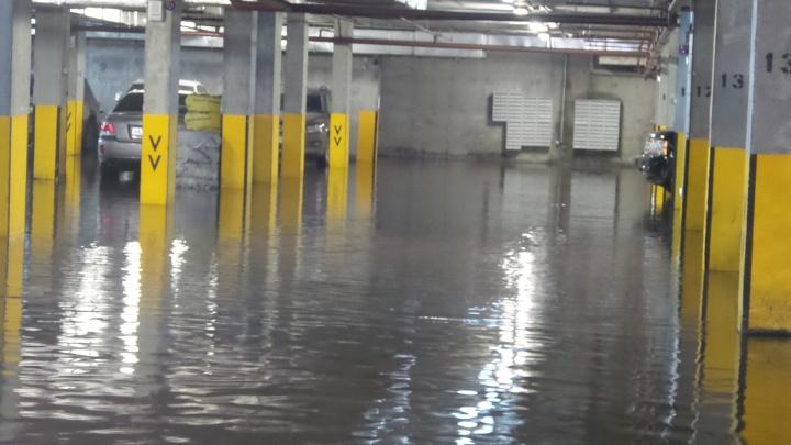 Нужно эвакуировать несколько сотен иномарок: на Уралмаше затопило подземный паркинг
