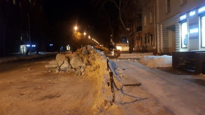 «Почистили, больше не хотим»: бизнесмены убрали снег на Советской, не дождавшись городской техники