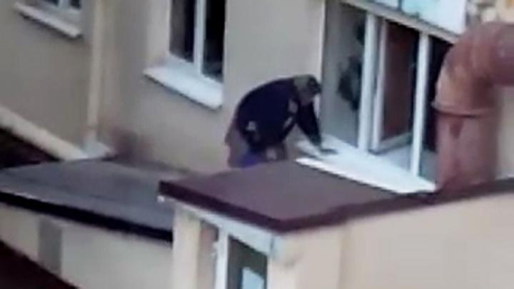 Вдруг включит газ и забудет: жителей дома в Уфе напугала старушка, которая ходит домой через окно