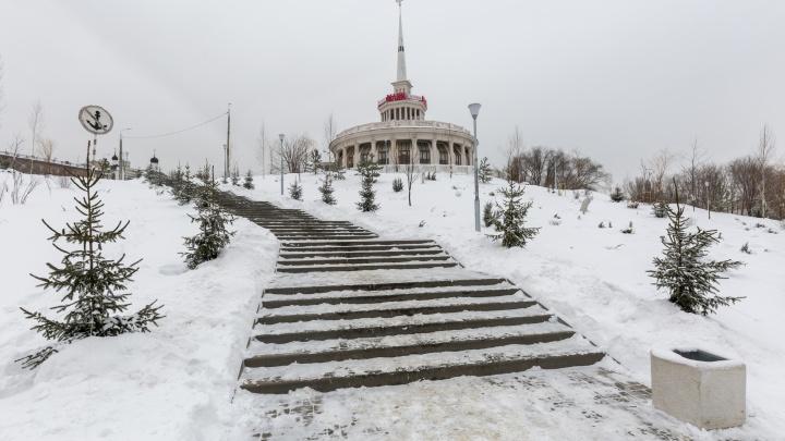 «Обещали каток и горки»: волгоградцы обходят недостроенный сквер Пушкина в центре города
