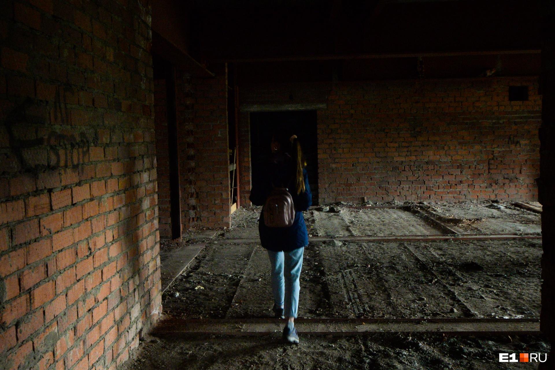 Идем искать лестницу на следующие этажи. На самом деле это несложно. Лестниц две, они находятся справа и слева