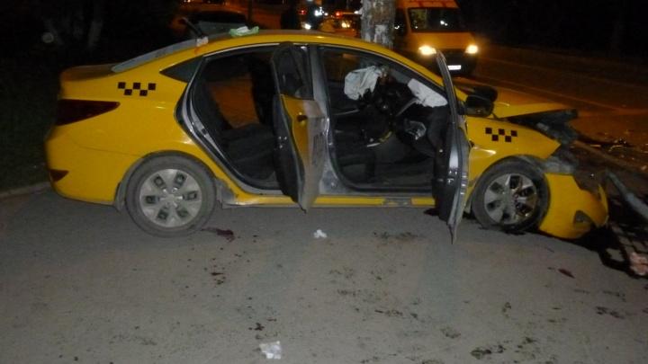 На Степана Разина беременная женщина за рулём Нyundai Solaris столкнулась с автомобилем Яндекс.Такси