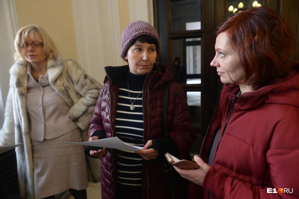 Возмущённые мамы принесли в мэрию обращение, в котором просят защитить права учеников общеобразовательной школы