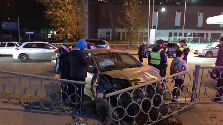 В Заречном Ford после столкновения с Nissan снёс дорожное ограждение