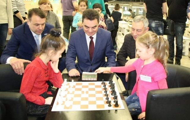 Ирек Ялалов поиграл в шахматы с дошколятами