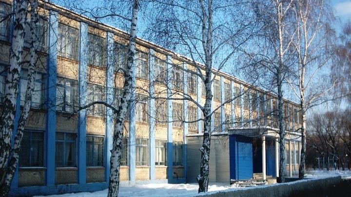 Заболели 11 детей: ещё одну школу Челябинска отправили на карантин из-за пневмонии